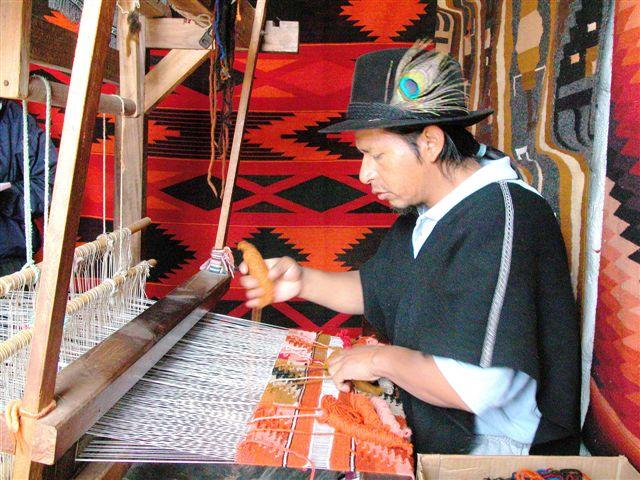 Indígenas Salasacas - Tungurahua - Hombre en telar fabricando artesanías